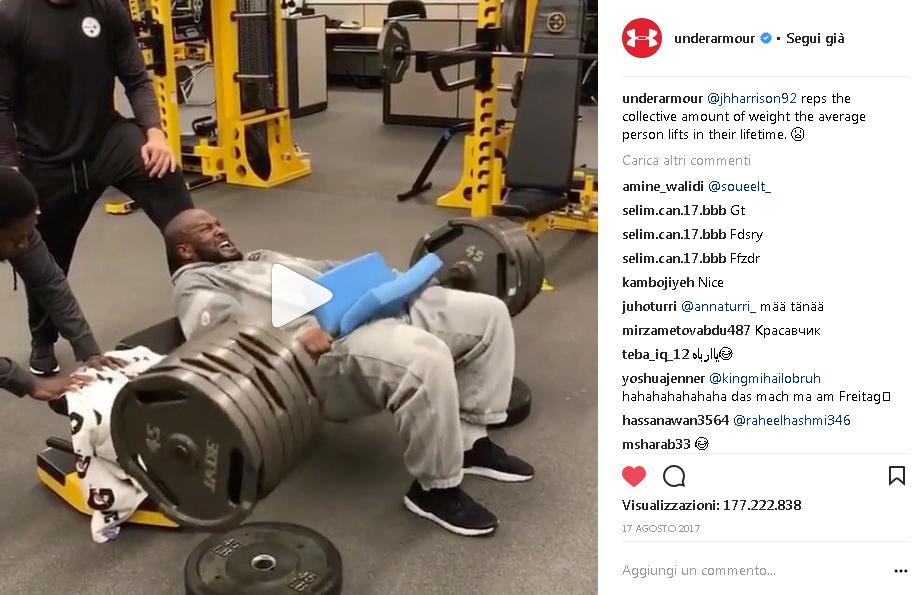 James Harrison alza 250 kg dalla panca. Il video sulla pagina Instagram del brand Under Armour ha raggiunto 177 milioni di visualizzazioni.